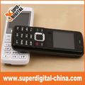 1.44'' de gama baja mini teléfono celular en la acción con la cámara