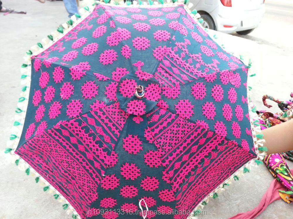 Tradicional sari hechos a mano material de indio sombrillas ...