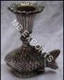 epns y artesanías de metal blanco de metal vela stend sobre los peces